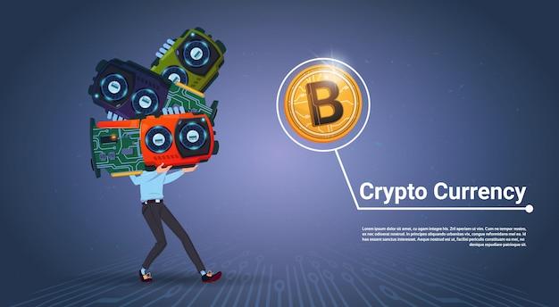 Человек, держащий микрочипы криптовалюты концепция цифровой современный веб-биткойны на синем фоне