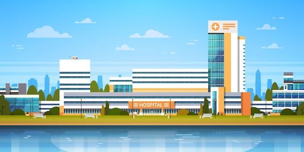 Городской пейзаж с фасадом здания больницы. вид современной клиники.