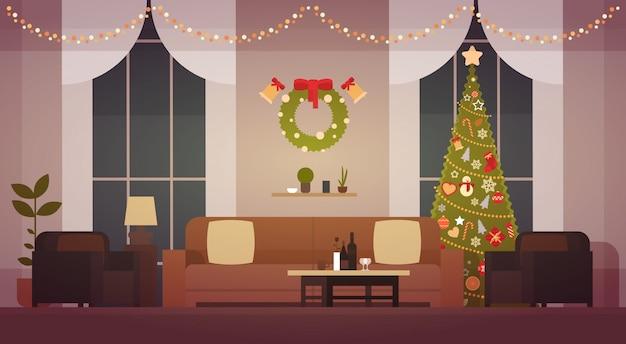 松の木、新しい年のための居間の装飾が付いている家のクリスマスの内部