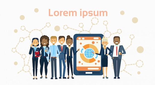 Разнообразная группа бизнесменов на цифровой планшетный компьютер