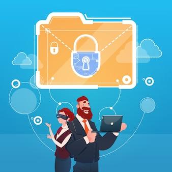 ビジネスの女性と男性の身に着けているデジタルバーチャルリアリティ眼鏡ドキュメントロックデータ保護の概念