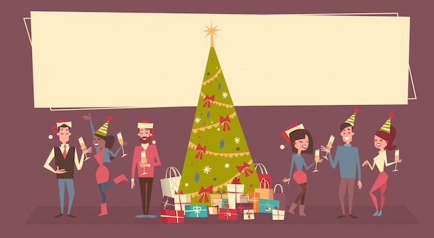Люди празднуют счастливого рождества и счастливого нового года. мужчины и женщины носят праздничную вечеринку в стиле санта-клауса.