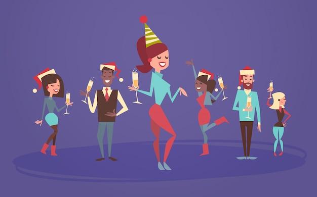 人々はメリークリスマスを祝うと新年あけましておめでとうございます男性と女性がサンタの帽子を着用