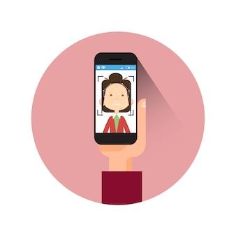 Значок руки, держащей смартфон сканирования женское лицо современной системы идентификации концепции