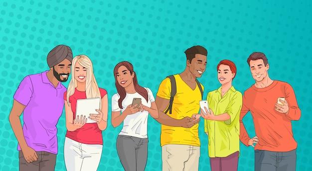 ポップアートカラフルなレトロなスタイルの背景の上にオンラインでチャットセルスマートフォンを使用して人種グループ