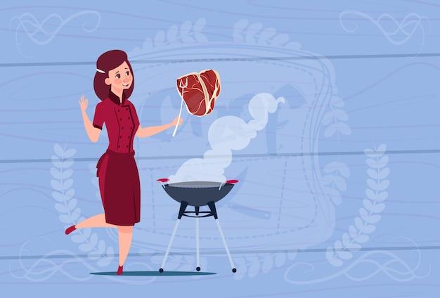 Женщина шеф-повар готовит мясо на гриле мультфильм главный в форме ресторана на деревянном текстурированном фоне