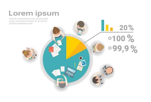 財務報告のインフォグラフィックに一緒に取り組んでいるビジネス人々のグループトップビューブレインストーミングクリエイティブチーム