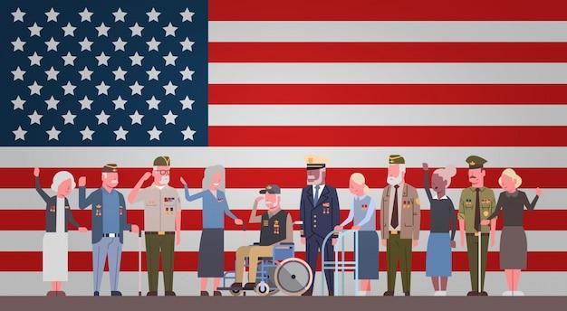 退役軍人の日のお祝いアメリカ国旗の背景の上の引退した軍の人々のグループとの国民のアメリカの休日バナー