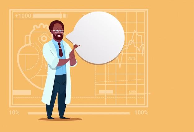 Афроамериканец доктор с чатом пузырь пузырь медицинская клиника работник больницы