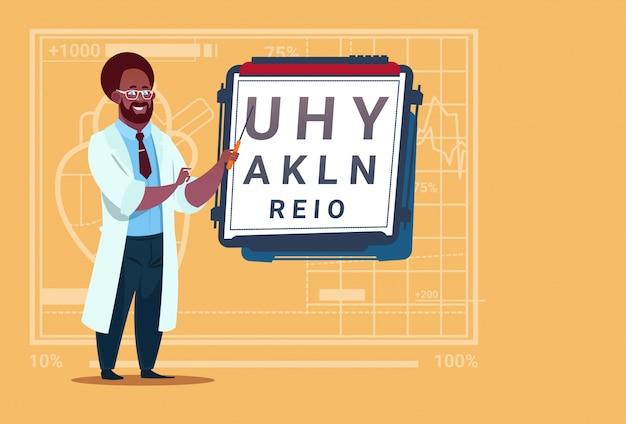 Афро-американский врач-офтальмолог с тестом на зрение медицинский окулист клиника