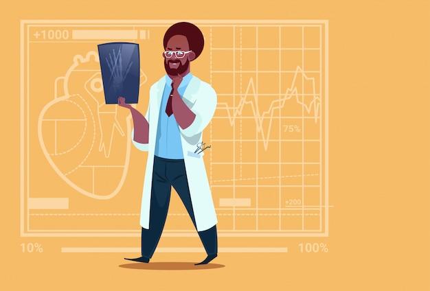 Афроамериканец доктор, осматривающий рентгеновские медицинские клиники