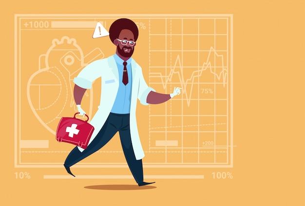 アフリカ系アメリカ人の緊急の医者は薬箱の救急医院医院の労働者の病院と動く