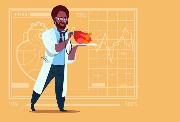 Афро-американский врач кардиолог осматривает сердце с помощью стетоскопа