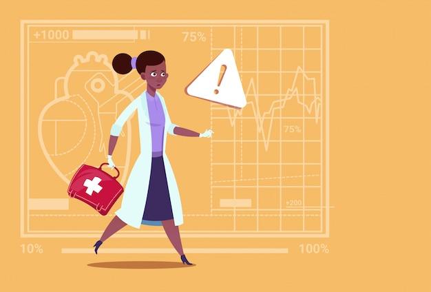 救急女性医師アフリカ系アメリカ人の薬箱で走る救急医療診療所労働者病院