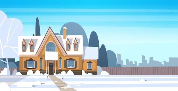 上の都市や町の郊外の通りに雪のある村冬の風景家屋