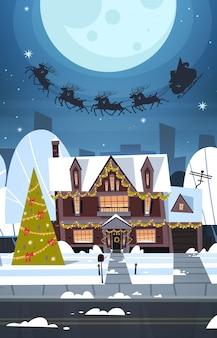Санта летит в санях с оленями в небе над деревенскими домами, с рождеством и новым годом баннер зимние каникулы концепция
