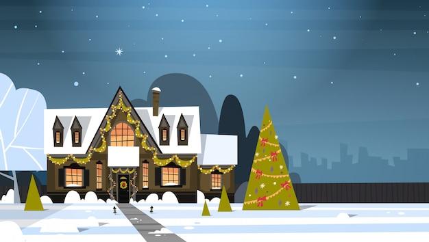 冬の郊外の町ビュー装飾松の木、メリークリスマスと幸せな新年のコンセプトが付いている家の雪