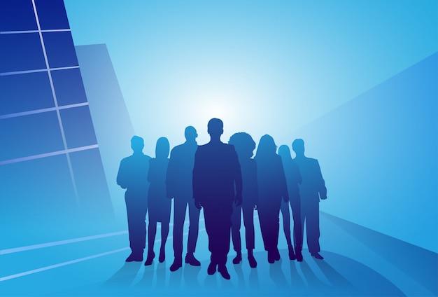 抽象的な背景の上のビジネス人々のシルエットビジネスマンのグループ