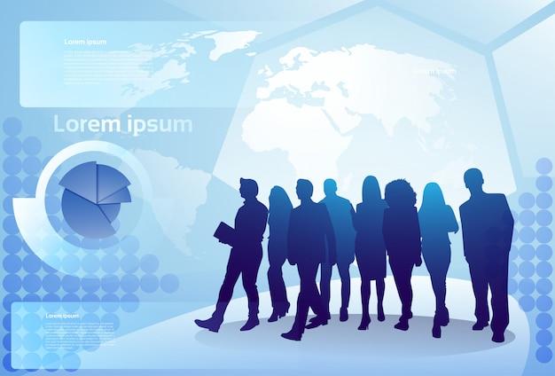 世界地図背景の上を歩くビジネス人々のシルエットのグループビジネスマンチームコンセプト