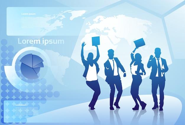 ビジネス人々のシルエット陽気なグループ幸せ世界地図背景上の腕を上げる成功した実業家チームコンセプト