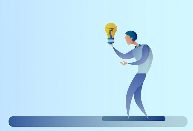 Аннотация бизнес человек новая творческая идея концепция держать лампочку