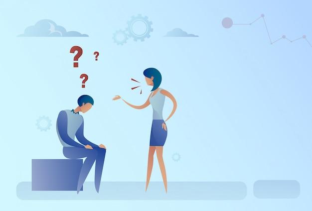 Деловой мужчина и женщина с вопросительным знаком обдумывает концепцию проблемы