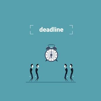 時計の時間締め切りコンセプトを見てビジネス人々のグループ
