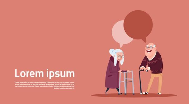 Пара старших людей с чатом пузырь с палкой современные дедушка и бабушка полная длина