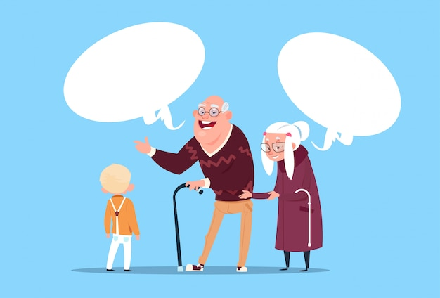 現代の祖父と祖母と小さな男の子を伝達する孫と幸せな祖父母カップル