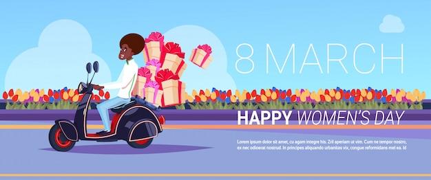 幸せな国際女性の日クリエイティブグリーティングカード背景デザインのプレゼントのスクーター配達のアフリカ系アメリカ人の宅配便