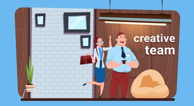 Деловой человек и женщина творческая команда, стоящая в современном офисе коворкинг / место для совместной работы бизнесмены