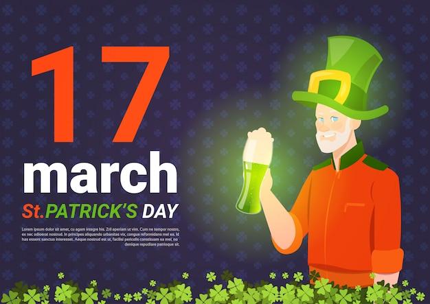 Шаблон фона дня святого патрика с человеком в шляпе гнома и зеленой кружкой пива
