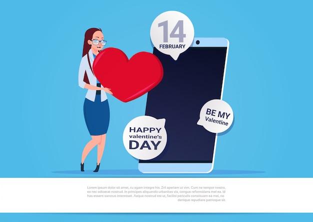 Женщина использовать смартфон отправка поздравления с днем святого валентина на синем фоне с копией пространства
