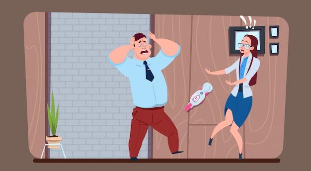 ストレスの多い男性の肯定的な妊娠検査を示す女性