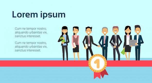 Два успешных бизнесменов рукопожатие с группой бизнесменов, стоя на красной ленте и медаль успех поздравление концепция