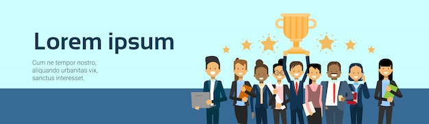 Группа успешных деловых людей победителей на фоне золотой кубок с копией пространства