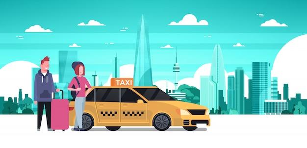 Пассажиры заказ пара желтого такси сидеть в кабине автомобиля на фоне силуэт города