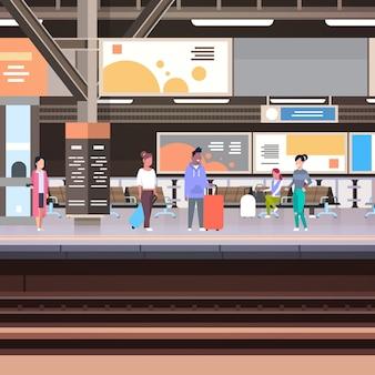 Платформа железнодорожного вокзала с пассажирами, ожидающими отправления поезда концепция перевозки