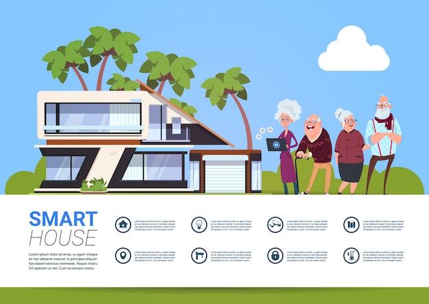 コントローラーデジタルタブレットを保持している高齢者のグループとホームオートメーションの概念のスマートハウス技術