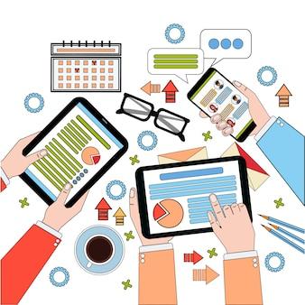 Вид сверху рабочего стола, рабочий процесс с диаграммами и документами, руки деловых людей, держащие цифровые планшеты и ноутбук