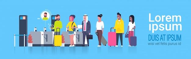 登録のためにセキュリティスキャナーを通過する空港でチェックインを待っている並んで立っている人々の人種グループ