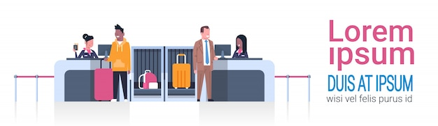 Работники аэропорта на стойке регистрации пассажиров мужского пола, концепция вылета