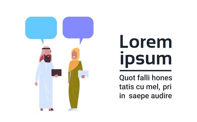 アラビア人の男性と女性のチャットバブルコミュニケーションのコンセプト全長アラブの男性と女性の伝統的な服を着て