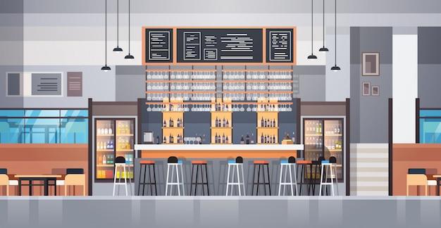 Современный интерьер кафе или ресторана с барной стойкой и бутылками с алкоголем и бокалами