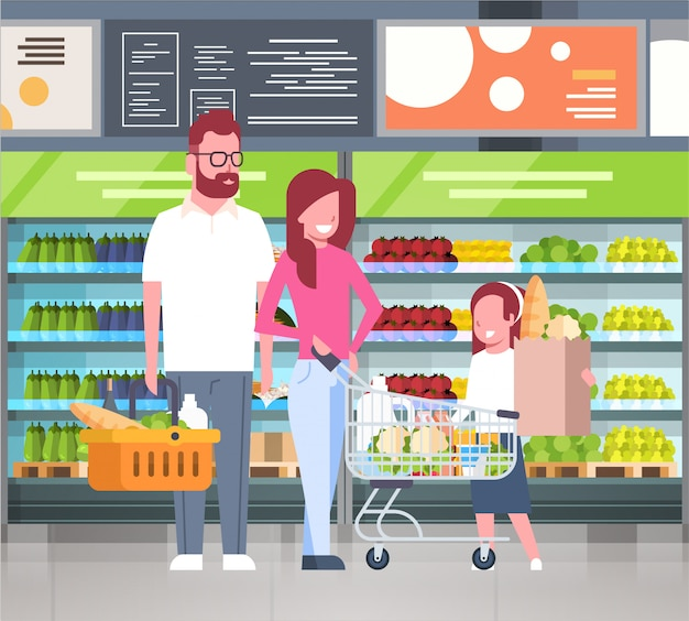 Молодая семья, делающая покупки в супермаркете и покупающая продукты