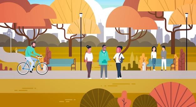 屋外公園のアクティビティ、自然にリラックスできる人々散歩自転車とのコミュニケーション