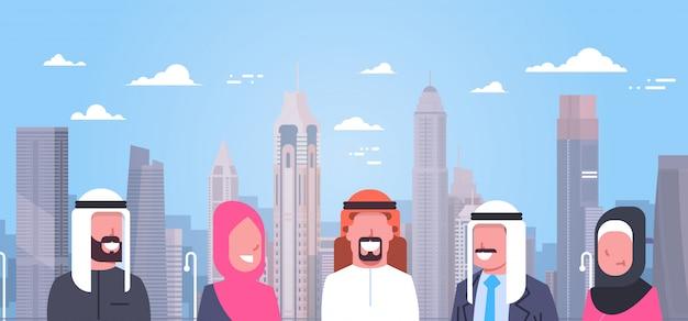現代都市図上のアラビア人のグループ伝統的な服を着ているイスラム教徒の男性と女性