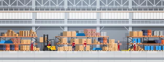 フォークリフトと倉庫の持ち上げボックスで働く人々。物流配達サービスのコンセプト水平方向の図