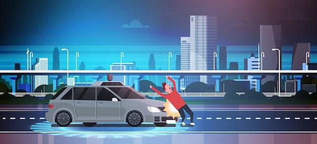 車は都市上の道路上の歩行者の男を打つ