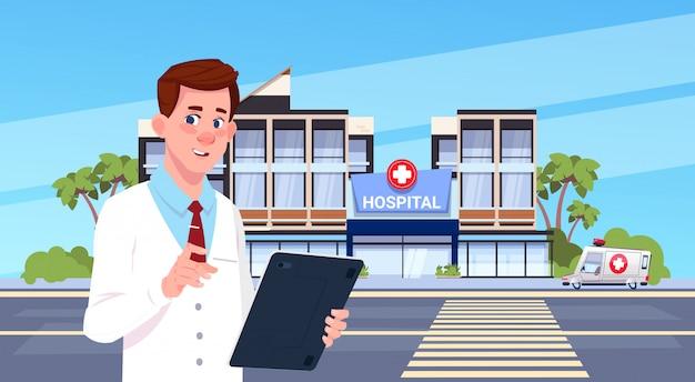 Мужской доктор, стоящий над современным зданием больницы
